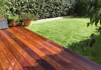 Petite surface Terrasse en en bois et gazon synthétique