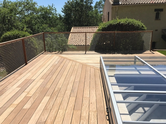 Terrasse en bois suspendue autour piscine et ses gardes corps sur mesure VAR